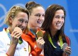 Rio de Janeiro, 2016. augusztus 7. Az olimpiai bajnok Hosszú Katinka (k), mellette a második helyezett amerikai Maya Dirado (j) és a bronzérmes spanyol Mirea Belmonte Garcia (b) a 2016-os riói nyári olimpia 400 méteres vegyesúszás versenyszámának az eredményhirdetésén a Rio de Janeiró-i Olimpiai Uszodában 2016. augusztus 6-án. Hosszú Katinka világcsúccsal nyert aranyérmet. MTI Fotó: Kovács Tamás