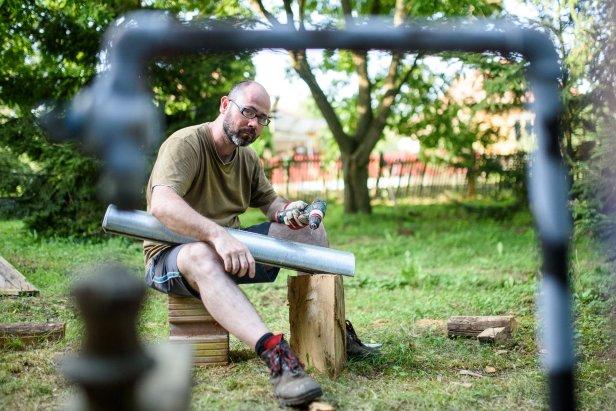 Cered, 2016. augusztus 4. Jozef Suchoza szlovák szobrászmûvész installációt készít a 21. Ceredi Nemzetközi Kortársmûvészeti Szimpóziumon 2016. augusztus 4-én. Az alkotótáborában kilenc ország 23 mûvésze vett részt. MTI Fotó: Komka Péter